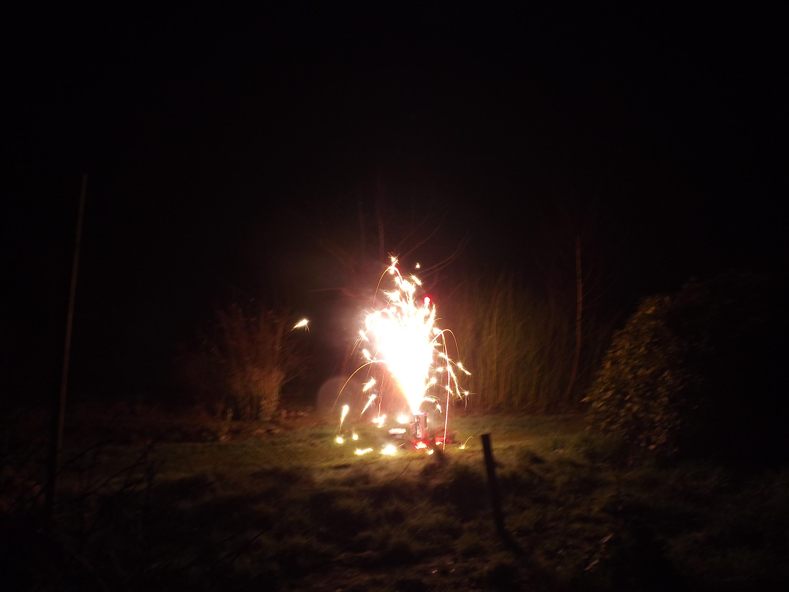 feuerwerk-rot-boden-4553