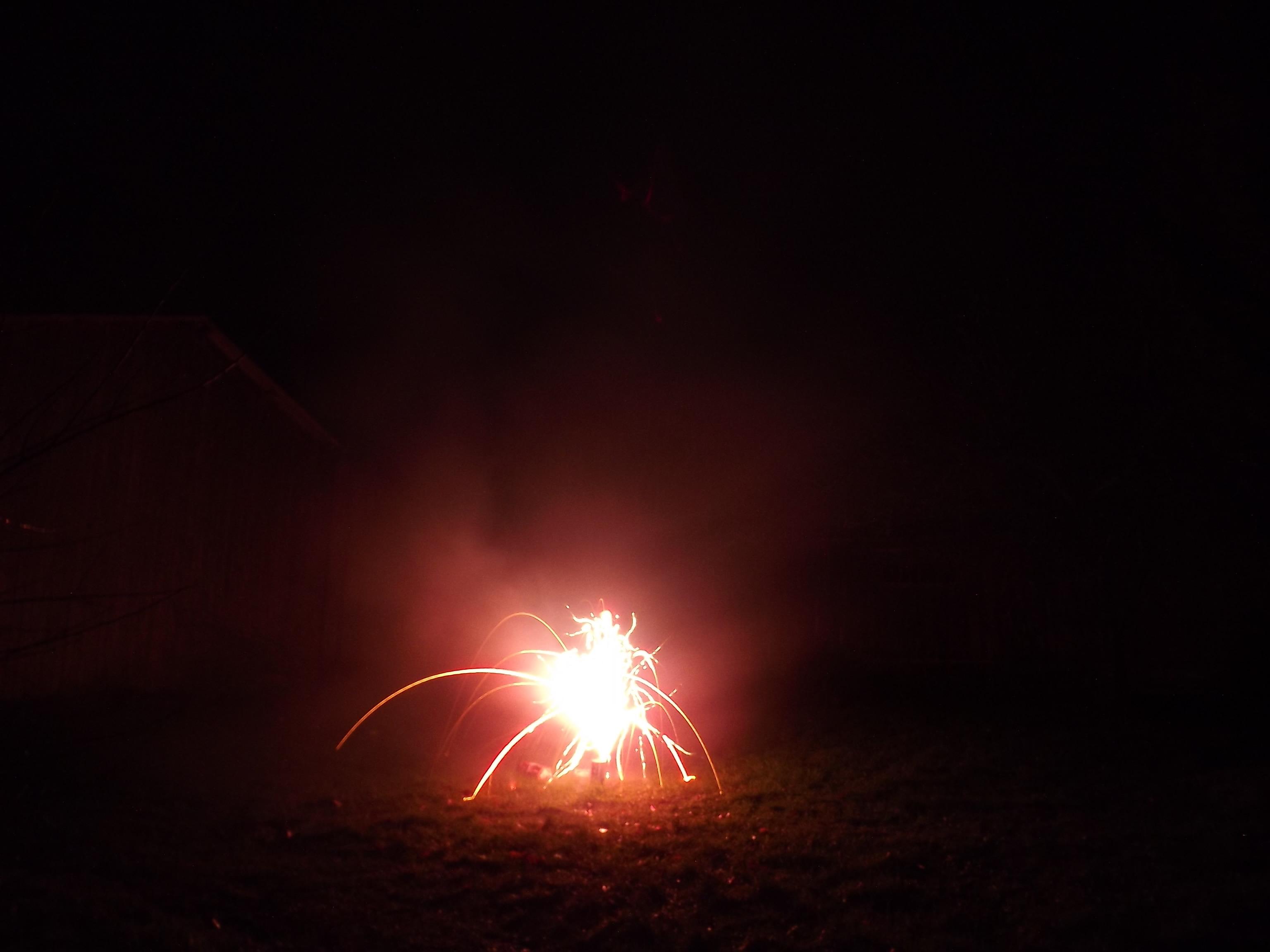 6756-feuerwerk-silvester-neujahr-rot-feuer