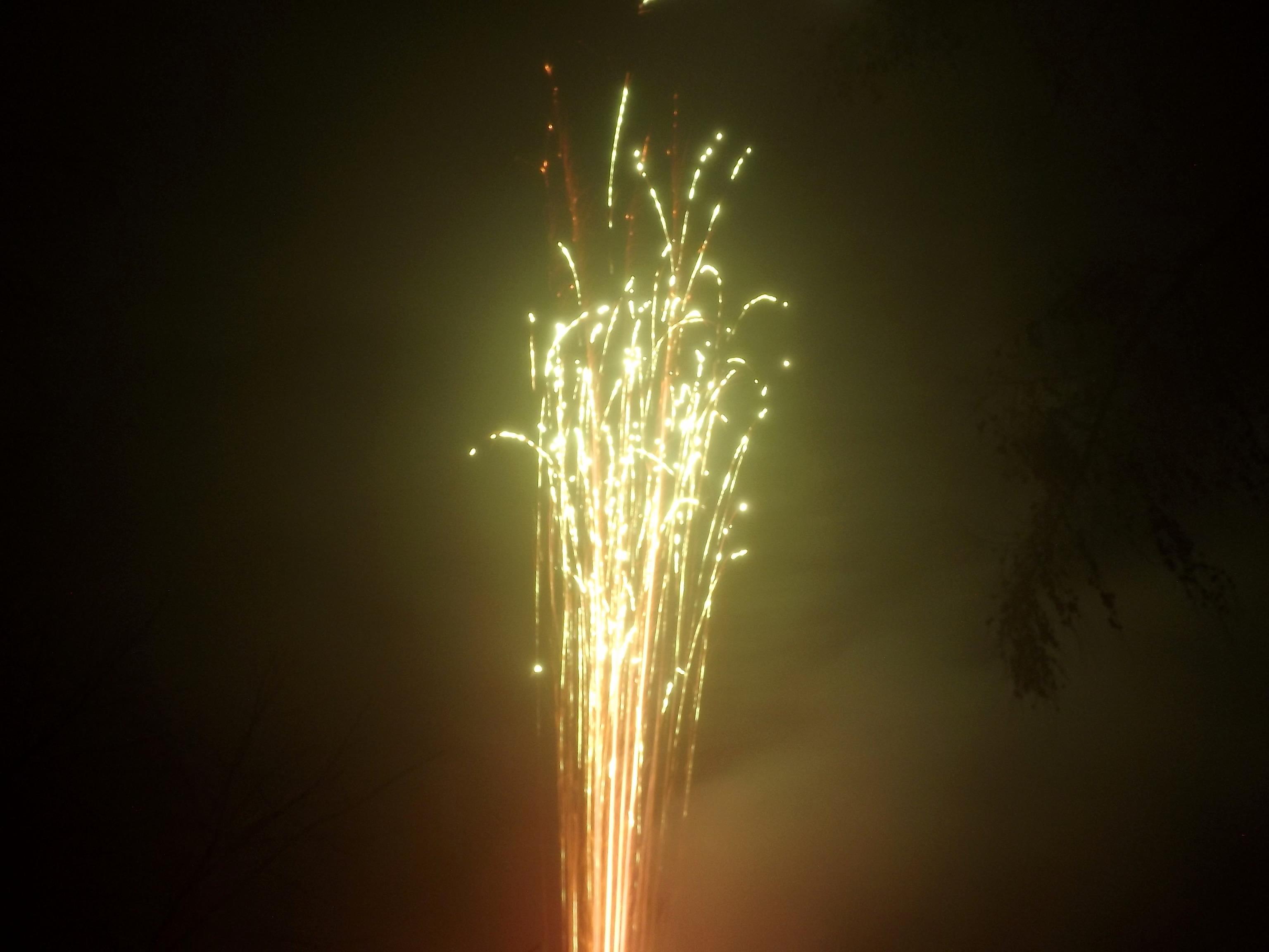 9037-feuerwerk-gruen-orange-sterne