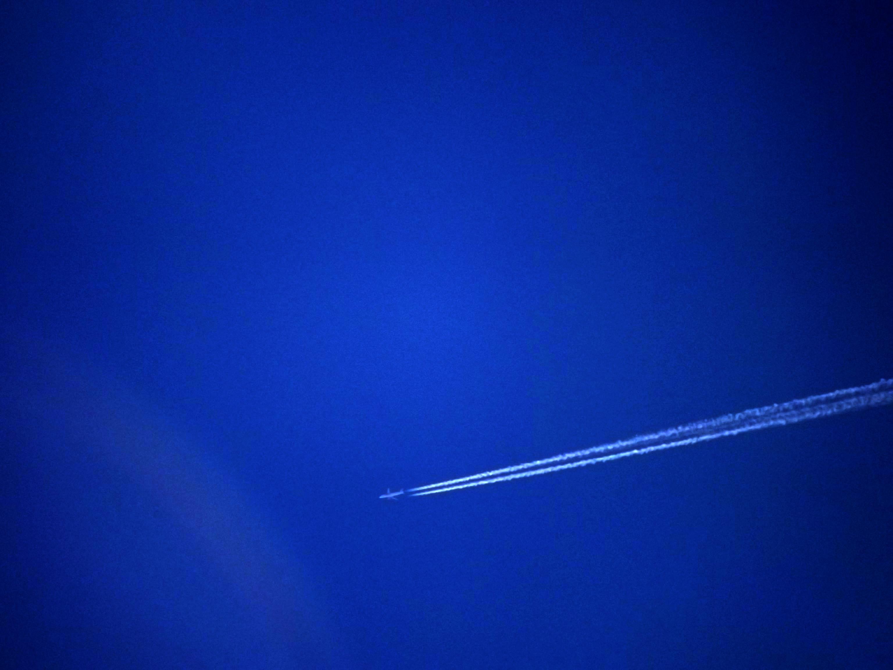 flugzeug-mit-kondenzstreifen