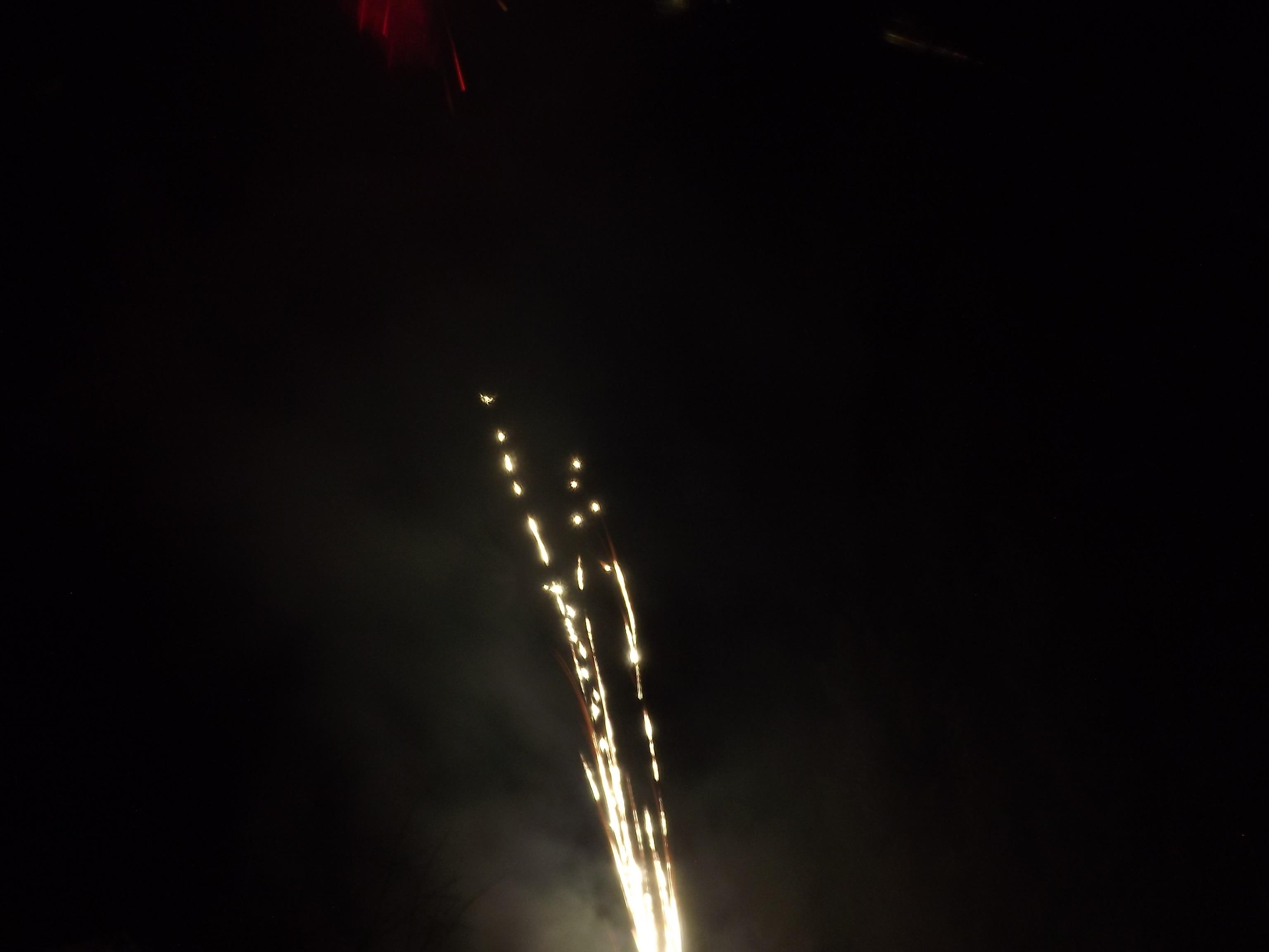 8329-goldregen-flammen-feuerwerk