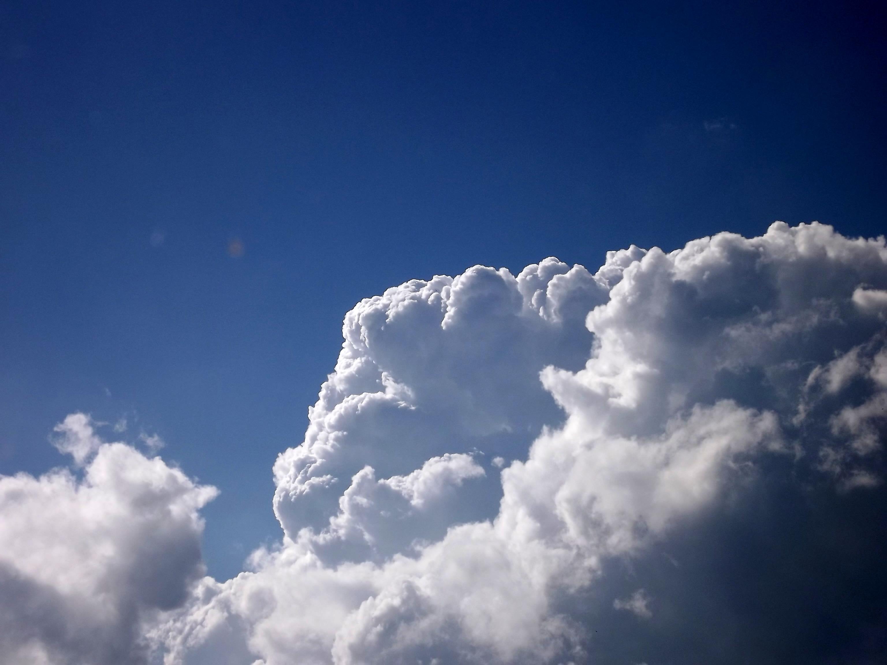 5258-quellwolken-blauer-himmel