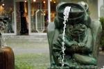 frosch-skulptur-wasserspeiher
