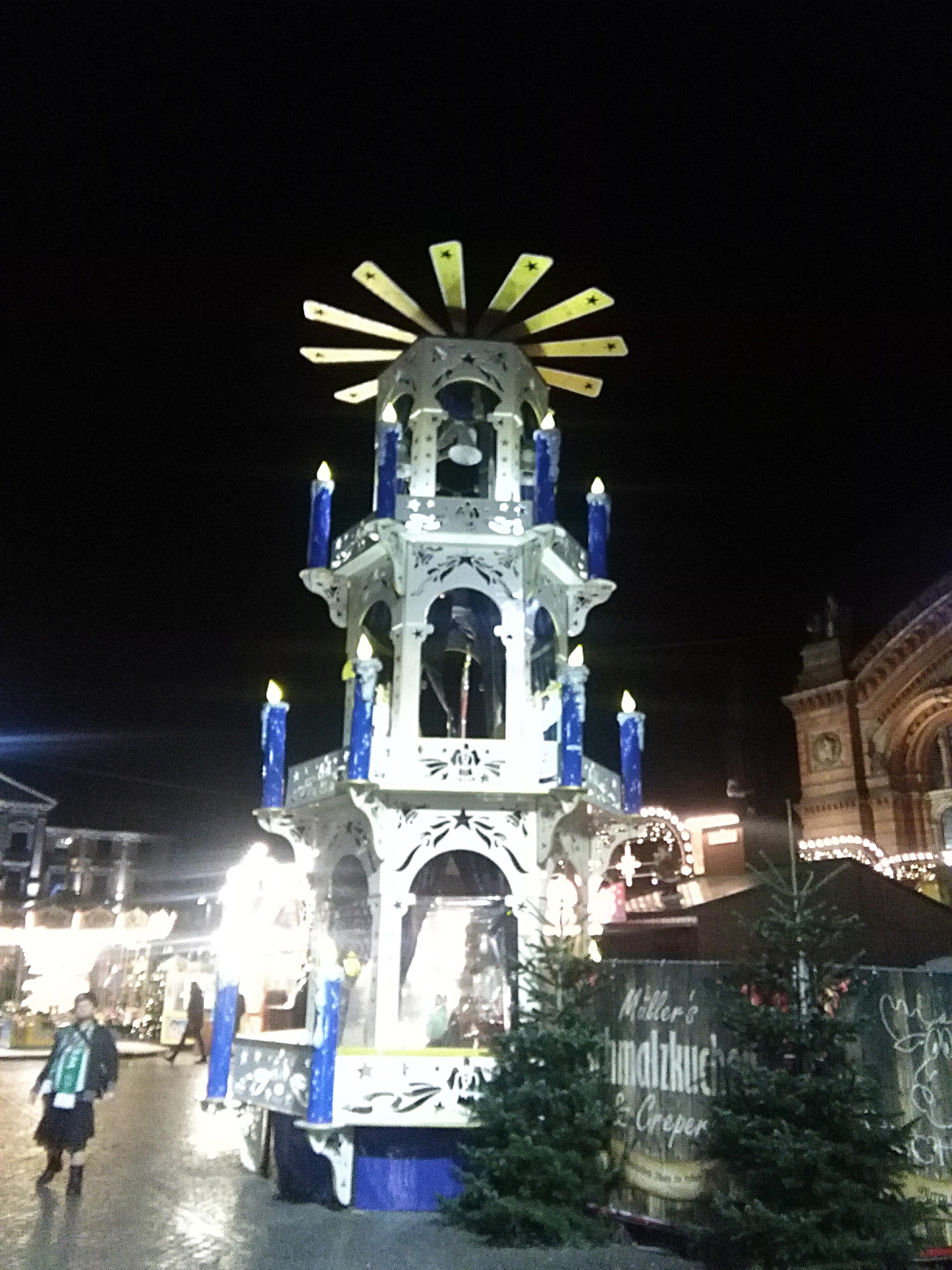 172129-riesen-weihnachtspyramide-weihnachtsmarkt-nacht-beleuchtet