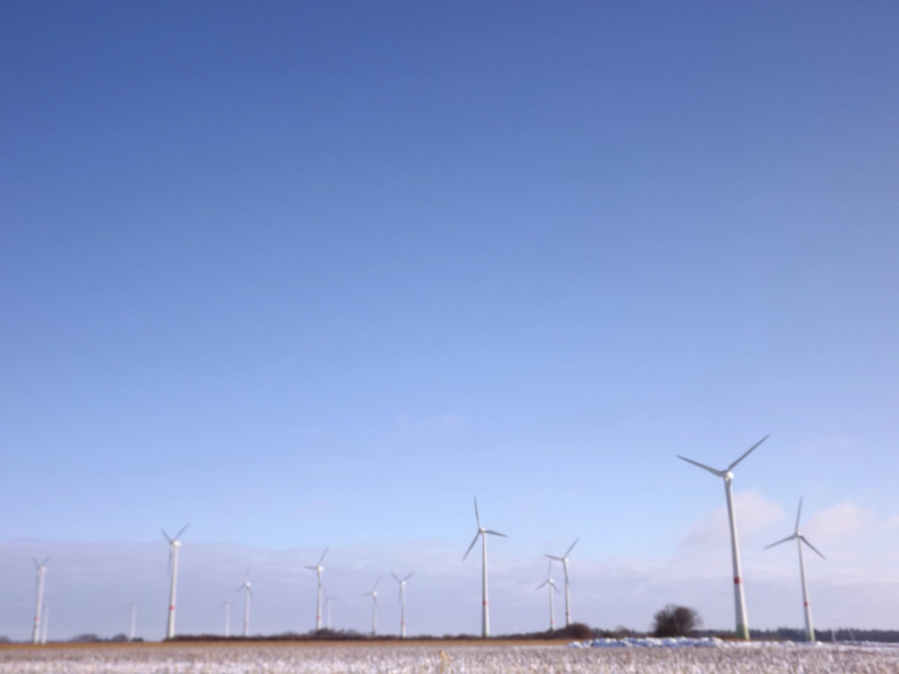 5748-windraeder-verschneitte-landschaft